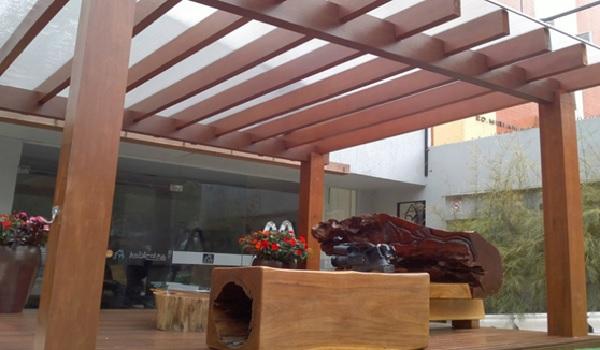 Mẫu mái che gỗ này được làm từ những thanh gỗ to sang trọng, thích hợp với những không gian rộng lớn như biệt thự