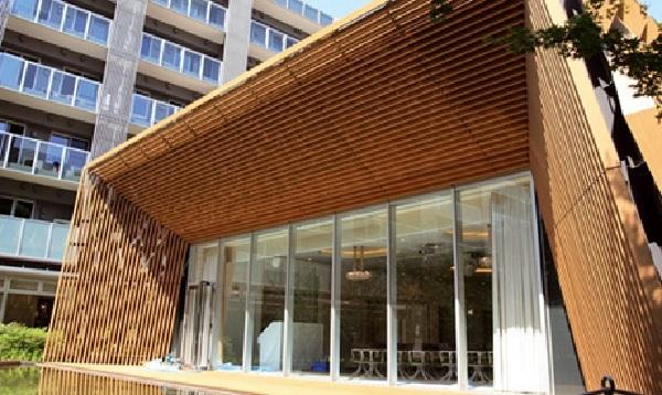Đây là mẫu mái che đẹp bằng gỗ có thiết kế tinh tế, bắt mắt, thích hợp sử dụng tại các resort hay những căn hộ có hồ bơi phía trước